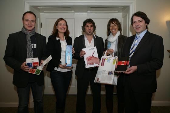 Die Jurymitglieder mit ihren Lieblingsprodukten (v.l.): Martin Zettl (marke[ding]), Eva Spahn (Lufthansa WorldShop GmbH), Michael Mätzener (diewerbeartikel gmbh), Birgit Weigel (Volkswagen Zubehör GmbH) und Michael Scherer (WA Verlag).