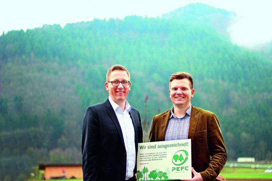 Freuen sich über die PEFC-Zertifizierung: die uma-Geschäftsführer Jochen (l) und Alexander Ullmann