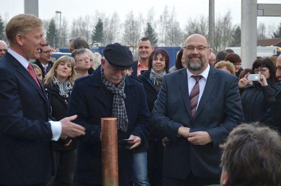 Die feierliche Grundsteinlegung in Brüsewitz fand im Beisein von Harry Glawe (r), Minister für Wirtschaft, Bau und Tourismus des Landes Mecklenburg-Vorpommern, statt.