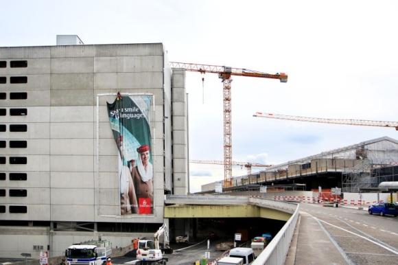 Bild 2_Emirates-Megaposter am Flughafen Zürich_Credit Emirates_580x386