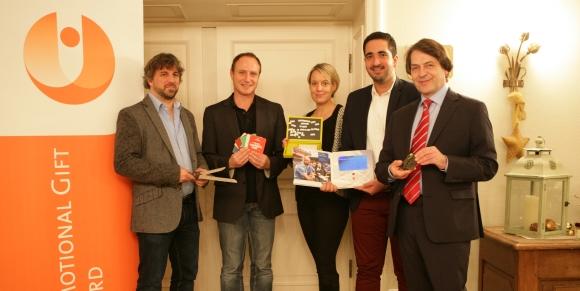Die Jury des Promotional Gift Award 2015 mit ihren Lieblingsprodukten (v.l.): Michael Mätzener (diewerbeartikel gmbh, CH-Schwyz), Martin Zettl (marke[ding], A-Wels), Miriam Pelzer (Volkswagen Zubehör GmbH, Wolfsburg), Vahap Aksahin (Miles & More GmbH, Frankfurt) und Michael Scherer (WA Media GmbH, Köln).