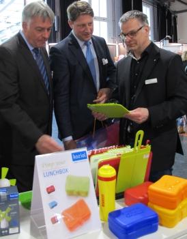 Geschäftsführer Tobias Bartenbach (r) nahm sich Zeit, um seine Gäste persönlich von Stand zu Stand zu begleiten.