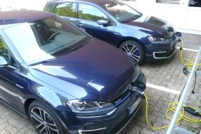^Mit dem Umstieg auf Elektro- und Hybridfahrzeuge setzt Schneider schrittweise seine Umwelterklärung um.