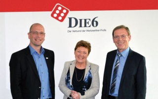 Freude bei allen Beteiligten: Karin Dicke, eingerahmt von Holger Kapanski (l), Geschäftsführer DIE6 Promotion GmbH, und Heinrich Grübener, Aufsichtsratsvorsitzender DIE6.
