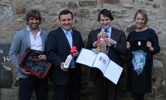 Die Jury des Promotional Gift Award 2016 mit ihren Lieblingsprodukten (v.l.): Michael Mätzener (diewerbeartikel gmbh), Michael Witzorrek (NDR Media GmbH), Michael Scherer (WA Media GmbH) und Miriam Pelzer (Volkswagen Zubehör GmbH). Bei der Jurierung nicht anwesend war Martin Zettl (marke│ding│), der kurzfristig verhindert war.