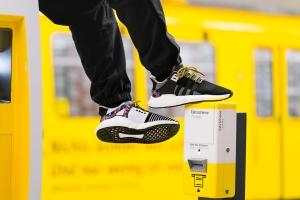 sneaker2 - Treter mit Ticket