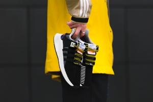 sneaker3 - Treter mit Ticket